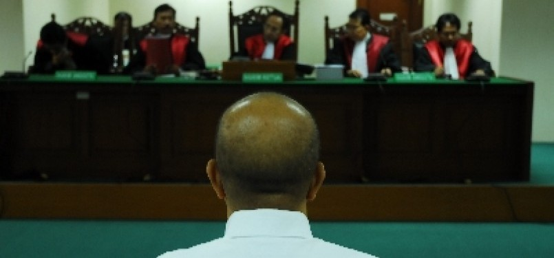 Majelis Hakim Tipikor tengah mengadili seorang terdakwa kasus korupsi.