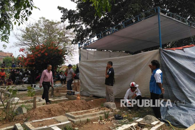 Makam Muhammad Alzahra alias Joya dipenuhi warga yang ingin menyaksikan pengotopsian jenazah. Rabu (9/8).