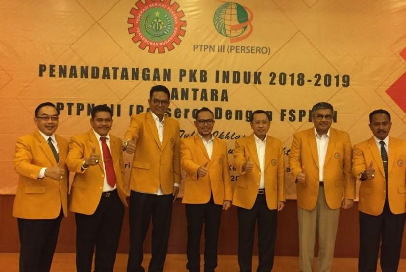 Manajemen PTPN Holding Persero dan pengurus Federasi Serikat Pekerja Perkebunan Nusantara (FSPBUN) berfoto bersama seusai menandatangani Perjanjian Kerja Bersama  (PKB) di Jakarta, Senin (4/12).