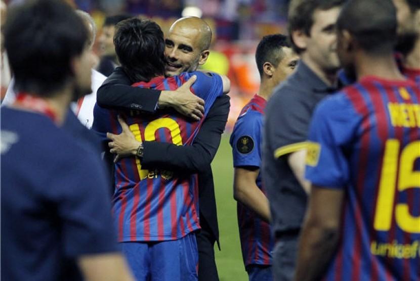 Manajer Barcelona, Josep Guardiola, memeluk striker kesayangannya, Lionel Messi, usai menjuarai Copa del Rey dengan mengalahkan Athletic Bilbao di Madrid, Spanyol, pada beberapa waktu lalu.