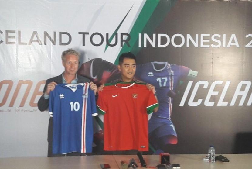 Manajer Direktur Media Pro Asia Lars Heidenreich (kiri) bersama Deputi Sekjen PSSI Marsal Mashita saat konfrensi pers laga persahabatan Indonesia menjamu Islandia Januari 2018 mendatang.