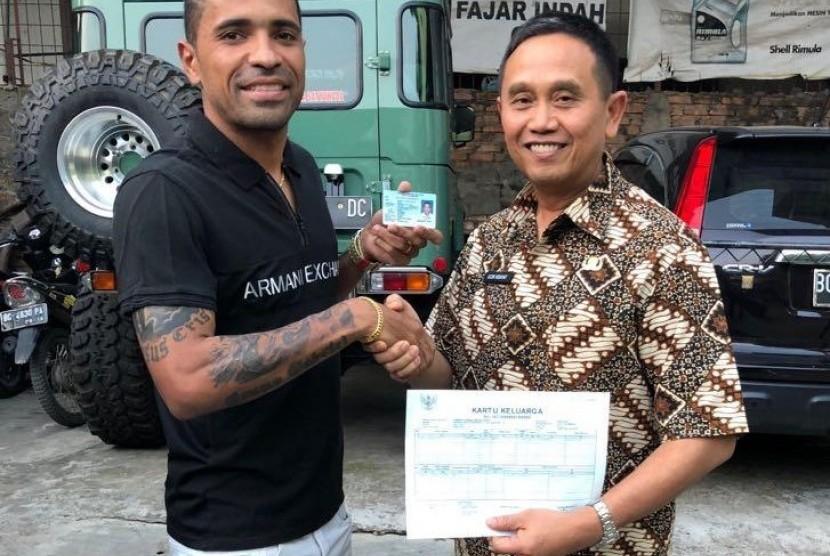 Manajer Sriwijaya FC Ucok Hidayat bersama Alberto Goncalves (kiri)menunjukan Kartu Tanda Penduduk (KTP) dan Kartu Keluarga (KK) sebagai WNI yang berdomisili Palembang.