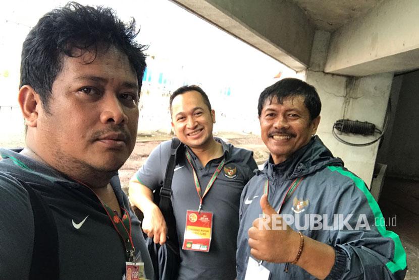 Manajer timnas U-19 Roni Fauzan (kiri) bersama pelatih Indra Sjafri (kanan) seusai kemenangan 8-0 atas Brunei Darussalam pada Piala AFF U-18, Rabu (13/9).