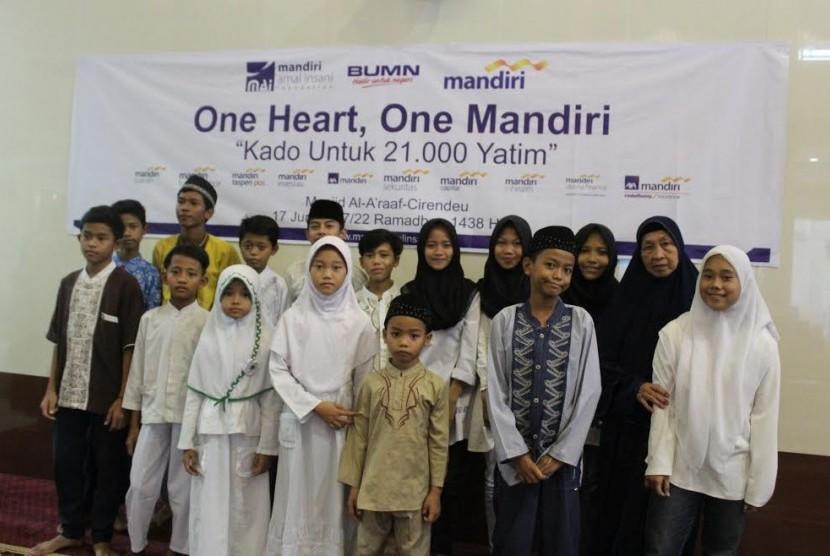 Mandiri Amal Insani (MAI) Foundation menggelar santunan  anak yatim di Masjid Al A'raaf, Perumahan Bukit Cireundeu, Ciputat, Sabtu (17/6).