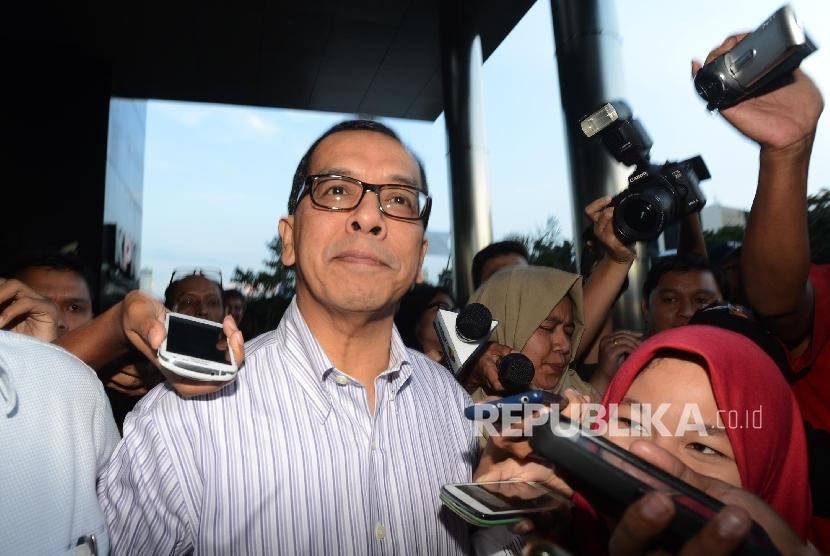 Former Garuda Indonesia president director Emirsyah Satar (center).