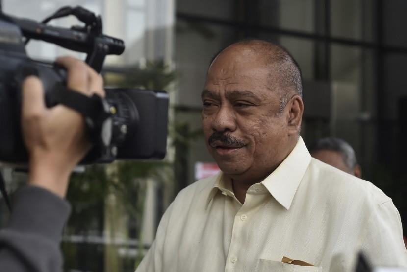 Mantan Ketua Badan Anggaran DPR dari Fraksi Golkar Melchias Marcus Mekeng berjalan saat memenuhi panggilan pemeriksaan di gedung KPK, Jakarta, Kamis (6/7).