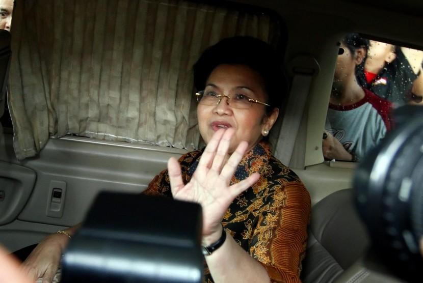 MANTAN MENKES DIPERIKSA KPK. Mantan Menteri Kesehatan Siti Fadilah Supari berada di dalam kendaraannya seusai menjalani pemeriksaan di Kantor Komisi Pemberantasan Korupsi (KPK), Jakarta, Rabu (11/1). Mantan Menkes tersebut diperiksa sebagai saksi kasus kor