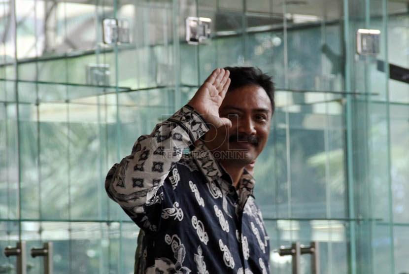 Mantan Menpora Andi Mallarangeng mendatangi gedung KPK untuk menjalani pemeriksaan, Jakarta, Selasa (9/4).  (Republika/Yasin Habibi)