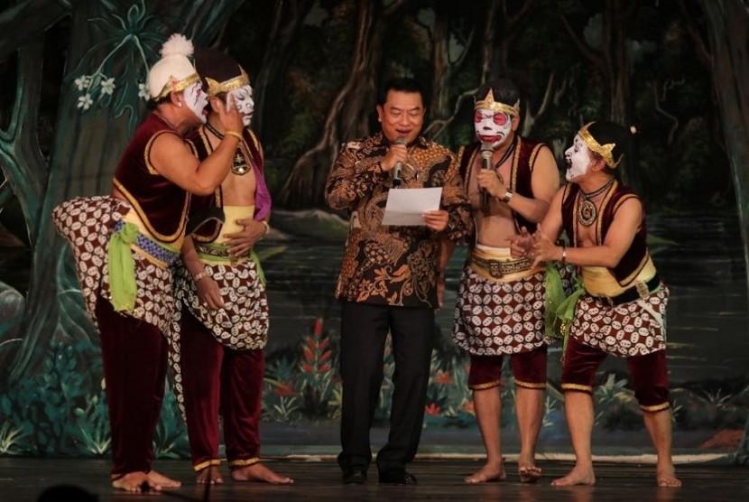 Mantan Panglima TNI Jenderal (Purn) Moeldoko bernyanyi di peringatan HUT ke-170 Wayang Orang Sriwedari di GWO Sriwedari