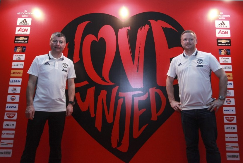 Mantan Pemain Legenda Klub Manchester United David May (kanan) dan Mantan Pemain Belakang sekaligus Duta Klub Manchester United Denis Irwin (kiri) berpose saat menghadiri acara #ILOVEUNITED di Jakarta, Minggu (19/3).