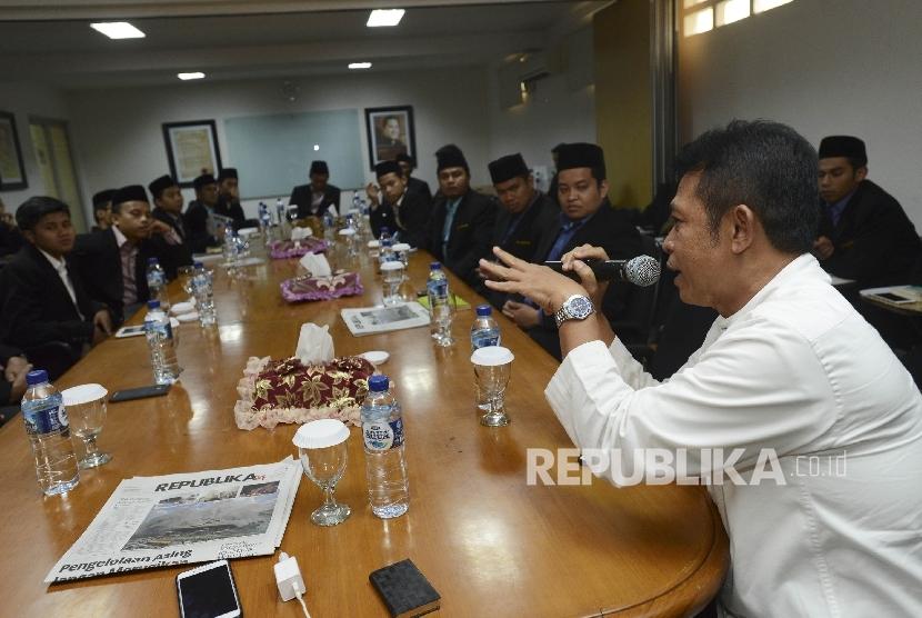 Mantan Pemimpin Redaksi Harian REPUBLIKA Ikhanul Kiram (kanan) memberikan penjelasan mengenai konten Koran Republika saat melaksanakan Silaturahmi di Kantor Harian REPUBLIKA, Jakarta, Jumat (20/1).