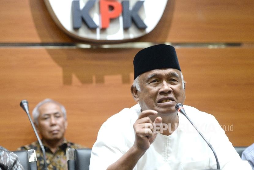 Mantan Pimpinan KPK Taufiequrachman Ruki memberi keterangan pers di gedung KPK, Jakarta, Jumat (7/7).