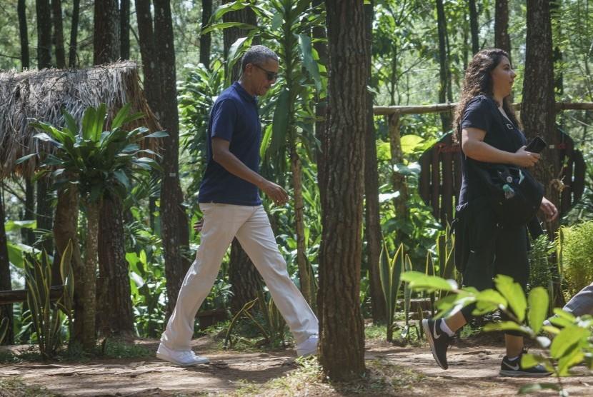 Former US president Barack Obama (left) visited natural tourist attraction Pucak Becici at Dlingo, Bantul, Yogyakarta, Thursday (June 29).