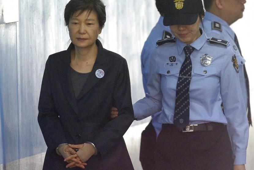 Mantan presiden Korea Selatan Park Geun-hye (kiri) saat menghadiri sidang di Pengadilan Distrik Pusat Seoul, 10 Oktober 2017.