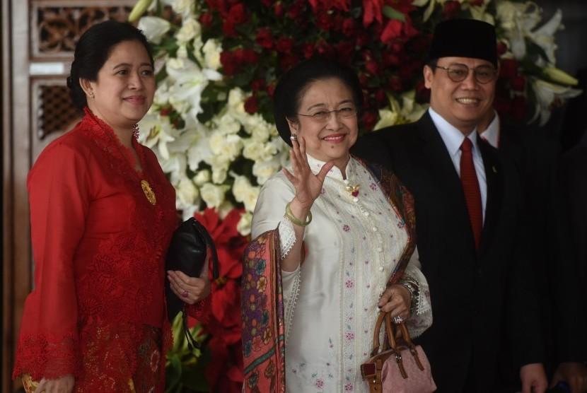 Mantan Presiden Megawati Sukarnoputri (tengah) didampingi Wasekjen PDIP Ahmad Basarah (kanan)