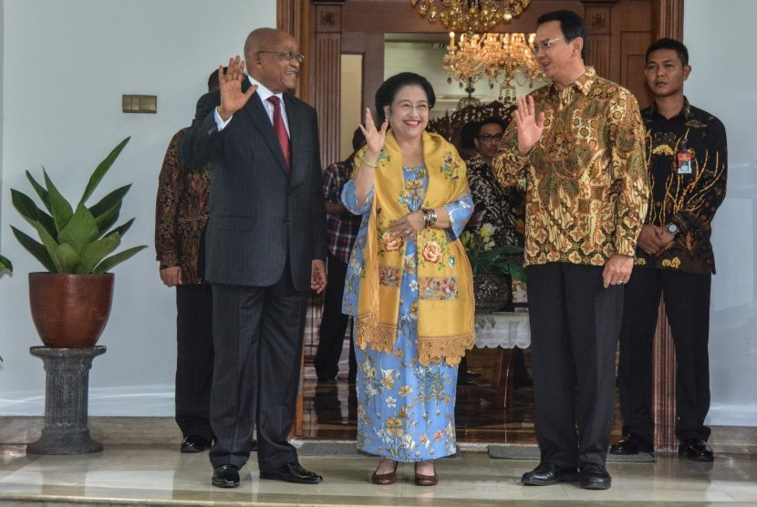 Chairperson of PDIP party who is also the former president of Indonesia, Megawati Soekarnoputri (center) accompanied by inactive Governor of DKI Jakarta Basuki Tjahaja Purnama atau Ahok (two from right) when meeting South African President Jacob Zuma (left).