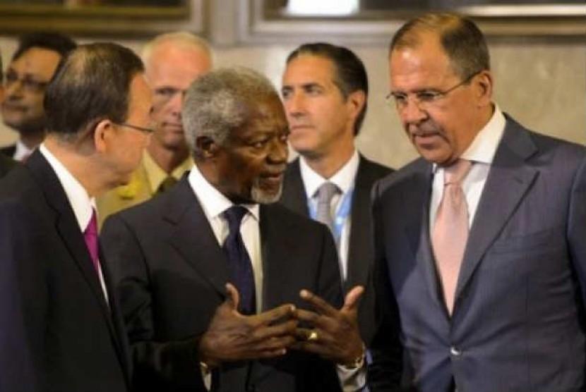 Mantan Sekjen PBB Kofi Annan (tengah) tengah berbincang dengan Menteri Luar Negeri Rusia Sergei Lavrov (kiri) dan Sekjen PBB Ban Ki-  Moon pada pertemuan di Jenewa, Swiss, yang membahas terkait masa depan perdamaian di Suriah.