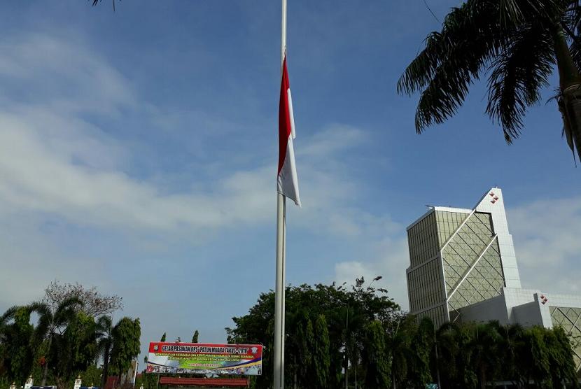 Mapolda Riau mengibarkan bendera setengah tiang selama 3 hari ke depan.