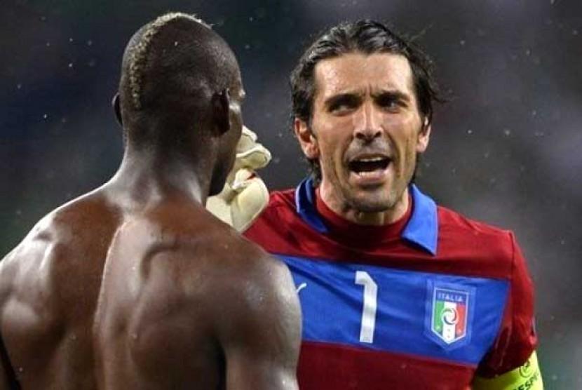 Mario Balotelli dan Buffon dikabarkan bertengkar di ruang ganti Italia, pascakekalahan 0-4 atas Spanyol di final Piala Eropa 2012.