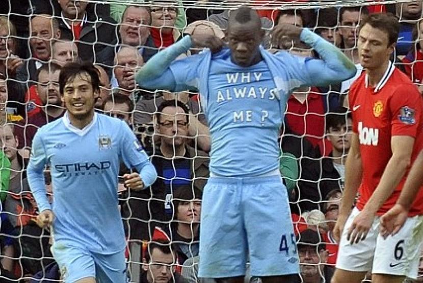 Mario Balotelli dengan kausnya bertuliskan --Why Always Me--