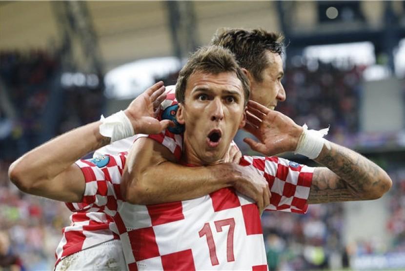 Mario Mandzukic, pemain timnas Kroasia, melakukan selebrasi usai menjebol jala Italia di laga Grup C Piala Eropa 2012 di Poznan, Polandia, pada Kamis (15/6).