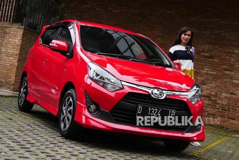 Pewartafoto memotret model dan mobil hatchback Toyota Calya di kawasan Bandung Utara, Jawa Barat, Kamis (7/7)