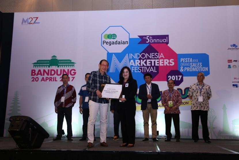 Markplus Inc menobatkan Dirut Bank BJB Ahmad Irfan sebagai Marketeer of the Year and Bandung Marketing Champion 2017. Penghargaan diserahkan oleh Founder and Chairman Markplus Inc Hermawan Kartajaya (kiri) kepada Direktur Komersial Bank BJB Suartini (mewakili Ahmad Irfan) di The Trans Luxury Hotel, Kota Bandung, Kamis (20/4).