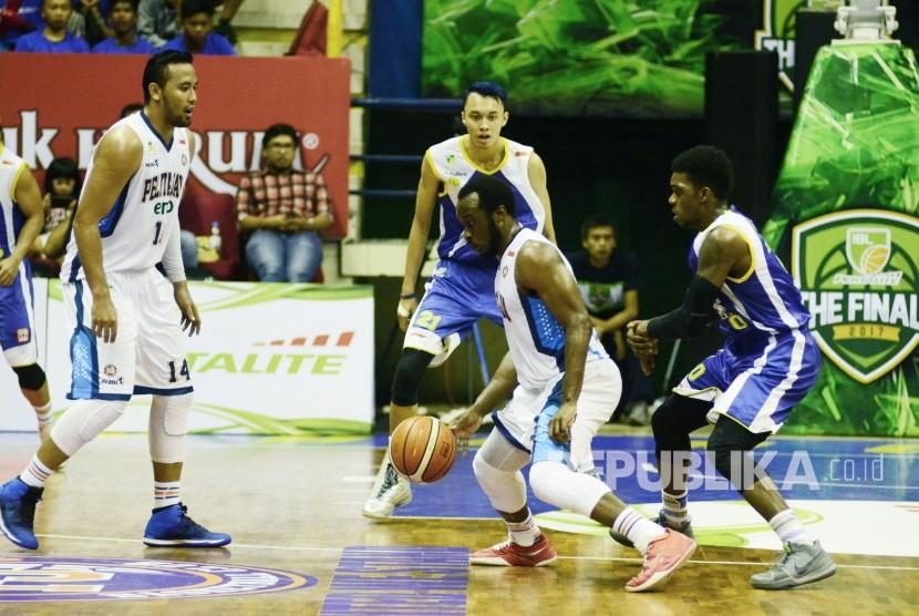 Martavious Irving dari Pelita Jaya berusaha menjebol pertahanan lawan pada pertandingan final bola basket IBL antara Pelitajaya dan Satria Muda, di Gor C-tra arena, Kota Bandung, Kamis (4/5).