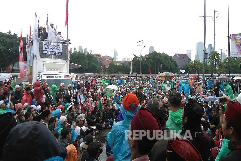 Masa aksi 212 memadati depan gedung DPR/MPR, di Jalan Gatot Subroto, Jakarta, Selasa (21/2).