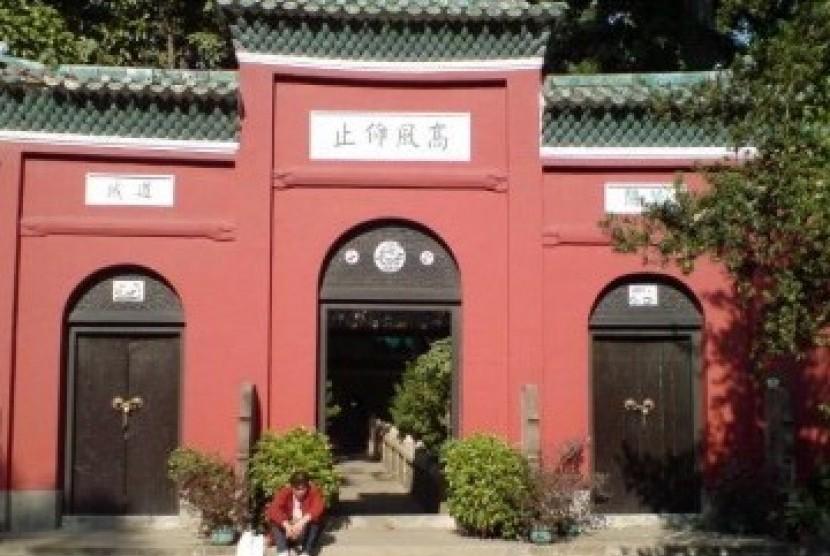 Masjid Agung Guangzhou, juga dikenal sebagai Masjid Huaisheng, masjid tertua di Cina. Dibangun pada masa kekaisaran Dinasti Tang pada tahun 635 M (islaminchina.info)
