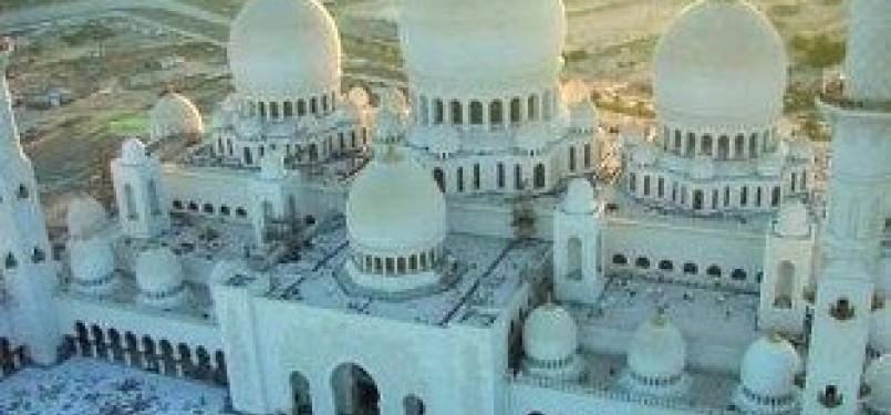 Masjid Agung Sheikh Zayed, masjid terbesar ke-8 di dunia. dapat menampung hingga 40 ribu jamaah.