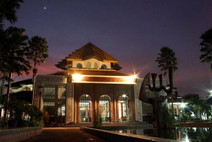 Hasil gambar untuk Masjid Kampus UGM.