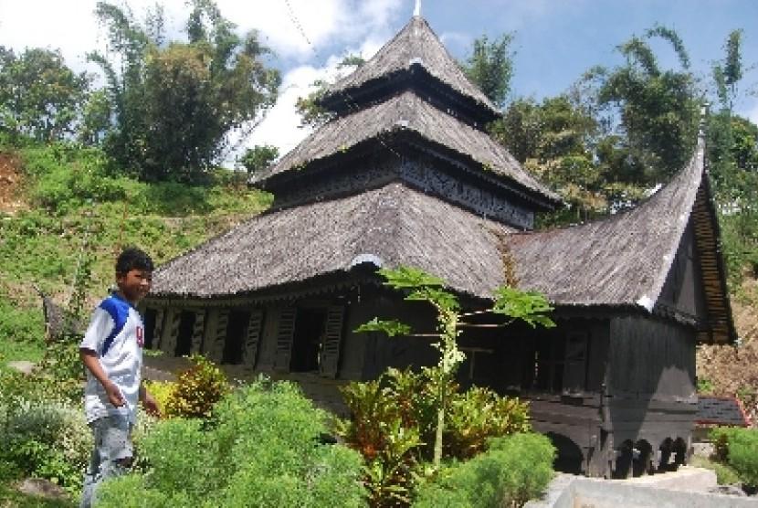 Masjid Kayu Jao, di Nagari Kayu Jao, Kecamatan Gunung Talang, Kabupaten Solok, Sumbar. Atap masjid yang terdapat gonjong rumah gadang menunjukkan kuatnya persatuan antara adat Minangkabau dan Islam.