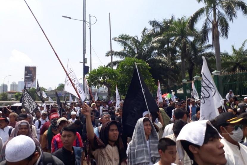 Massa aksi menolak Perppu Ormas berkumpul di depan Gedung DPR RI, Jakarta, Selasa (24/10). Hari ini, DPR akan menggelar Sidang Paripurna pengambilan keputusan Perppu Ormas.