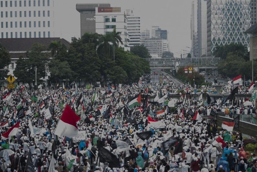 Massa berkumpul dalam Aksi 313 di Bundaran Patung Kuda, Jakarta, Jumat (31/3).