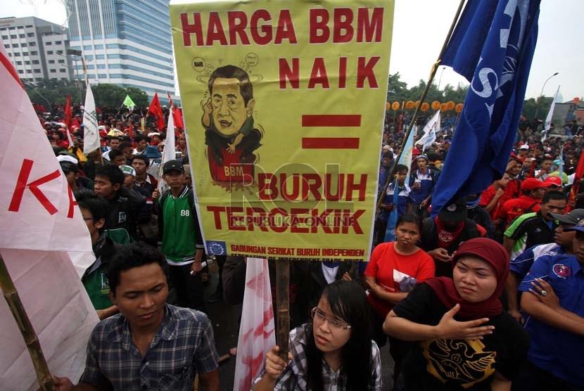 Massa buruh menggelar aksi unjuk rasa menolak kenaikan harga bahan bakar minyak (BBM) di depan Kompleks Parlemen, Senayan, Jakarta, Senin (17/6).   (Republika/Adhi Wicaksono)
