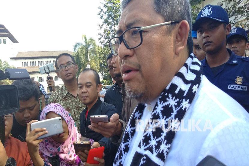 Massa dari Aliansi Muslim Bela Palestina (Almubina) dalam aksi damai bela Palestina di Gedung Sate, Kota Bandung, Jumat (13/4).