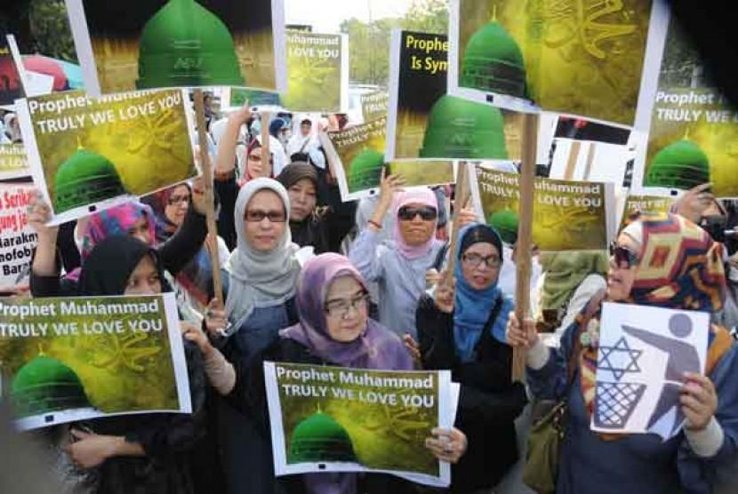 Massa dari Hizbut Tahrir Indonesia berunjuk rasa mengutuk film anti Islam di depan Keduataan Besar (Kedubes) Amerika Serikat, Jakarta, Jumat (14/9).