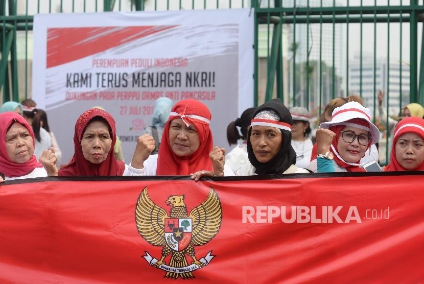 Massa dari Perempuan Peduli Indonesia menggelar aksi mendukung pengesahan Perppu Ormas di depan Gedung DPR RI, Jakarta, Kamis (27/7).