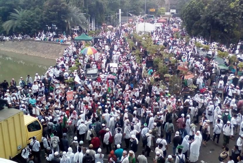 Massa demonstran membanjiri halaman Istiqlal, Jumat (4/11) pagi.