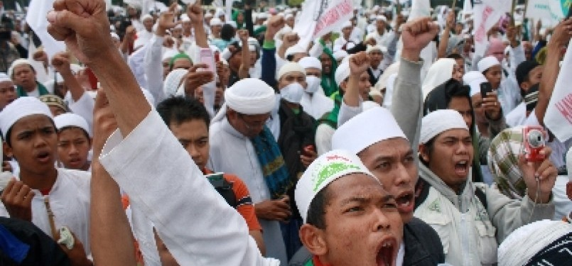 Massa FPI saat berunjuk rasa di depan Istana Negara.