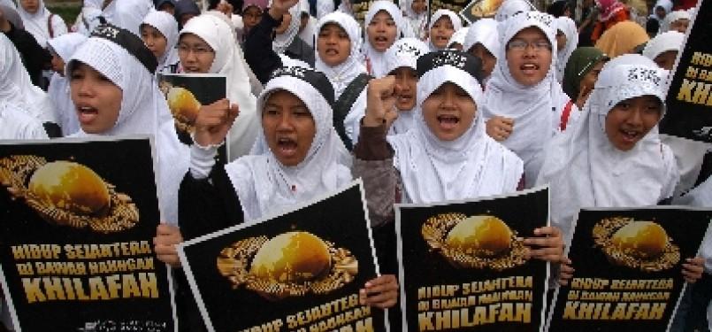 Massa Hizbut Tahrir Indonesia (HTI) melakukan aksi simpatik tentang khilafah.