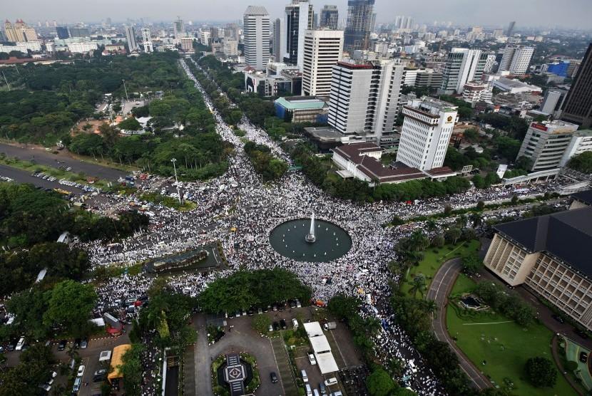 Massa memadati kawasan bundaran air mancur saat aksi 4 November di Jakarta, Jumat (4/11).