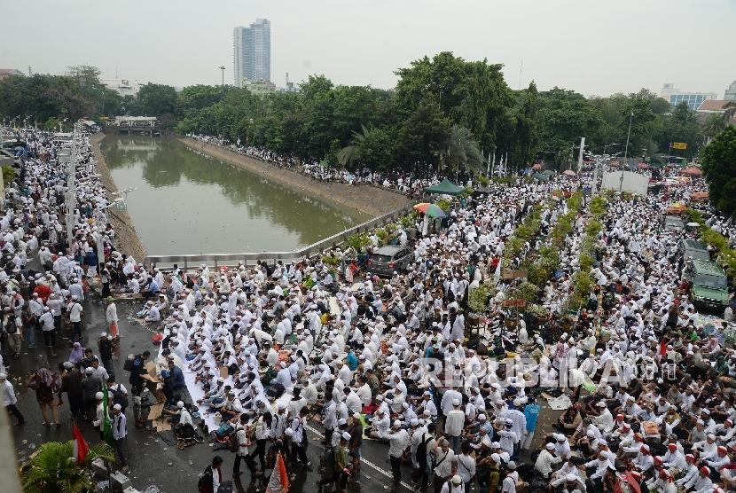 Massa memadati kawasan Masjid Istiqlal untuk melaksanakan sholat jumat jelang pelaksanaan aksi 4 November di Jakarta, Jumat (4/11)