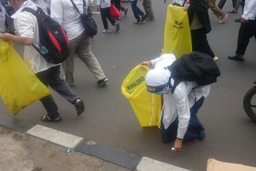 Massa menggelar Aksi Bela Islam sambil memunguti sampah di jalan, Jumat (4/11)