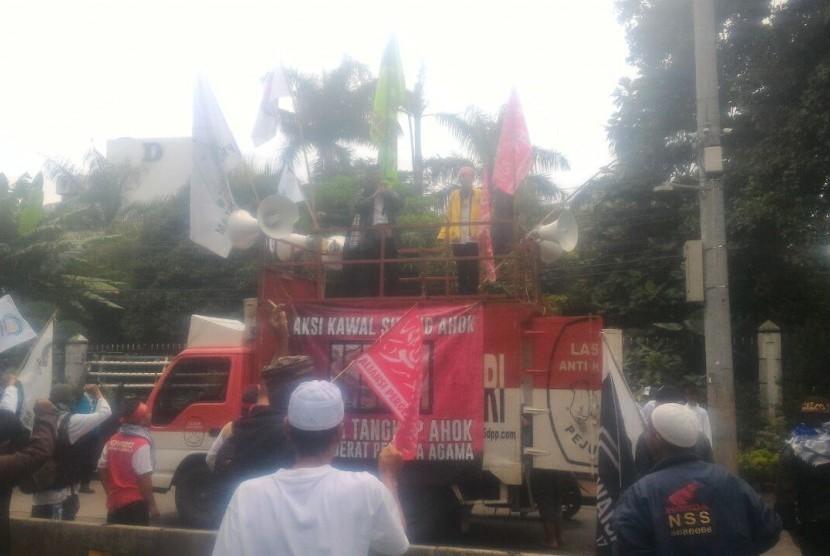 Massa pendukung Ahok mengawal sidang ke-11 kasus penistaan agama di Jalan Harsono, Kementerian Pertanian, Ragunan, Jakarta Selatan, Selasa (21/2).