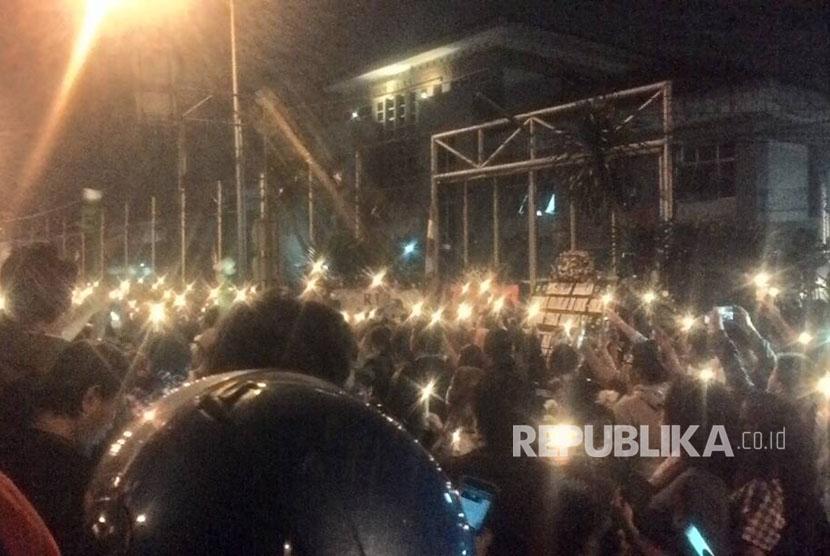 Massa pro Ahok gelar aksi menyalakan lilin di depan LP Cipinang, Jakarta Timur, Selasa (9/5).