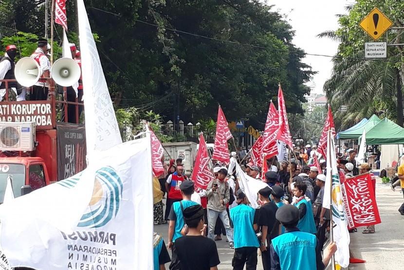 Massa pro dan kontra dalam sidang penistaan agama dengan terdakwa Basuki 'Ahok' Tjahaja Purnama di Gedung Kementerian Pertanian, Jakarta Selatan, Selasa (21/3).