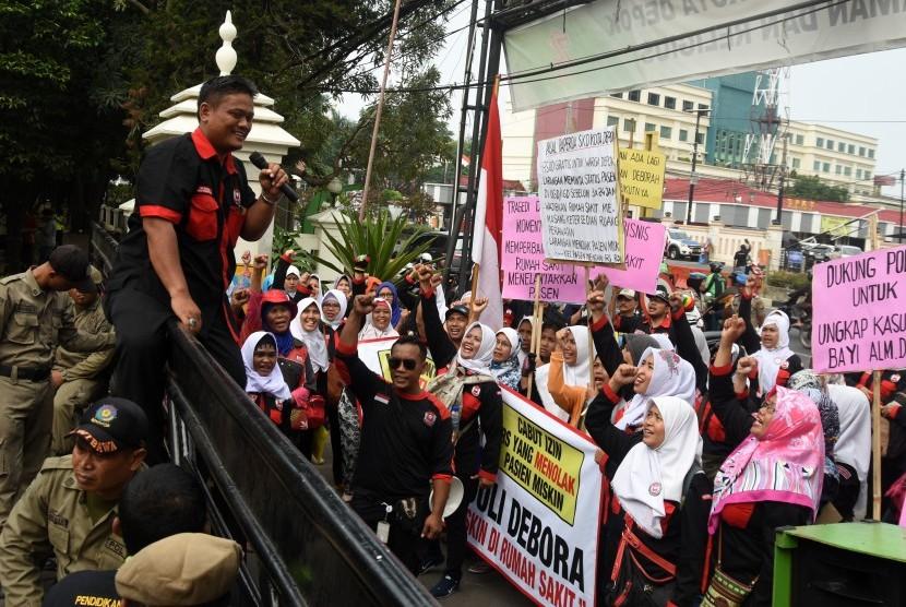 Massa yang tergabung dalam Dewan Kesehatan Rakyat (DKR) Kota Depok melakukan aksi keprihatinan terhadap kasus kematian bayi Deborah di Balai Kota Depok, Jawa Barat, Jum'at (15/9).