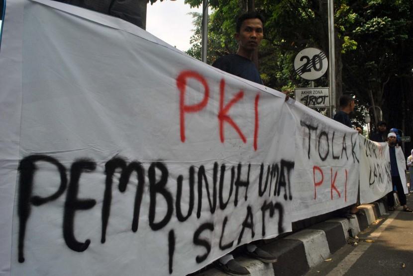 Massa yang tergabung dalam Forum Umat Islam, Dewan Dakwah Islamiyah Indonesia dan MUI Kota Bogor melakukan aksi penolakan terhadap paham komunis PKI di Gedung DPRD Kota Bogor, Jawa Barat, Rabu (30/9).